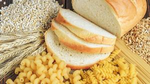 Helles Weizenbrot, Helle Nudeln, Weizenähren und Weizenkörner