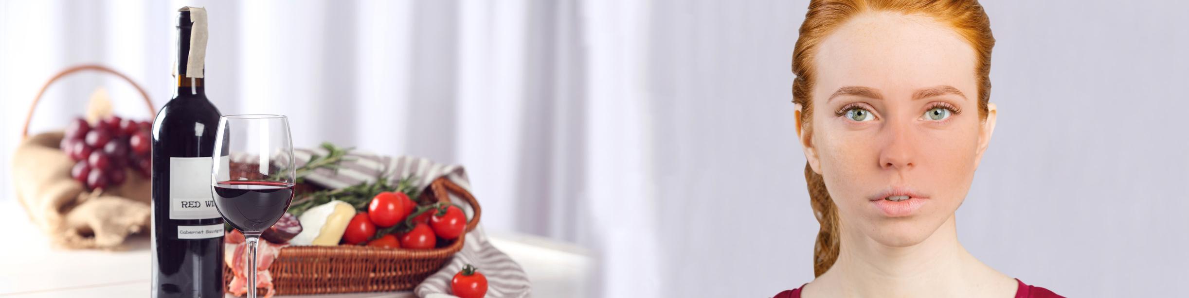 Rotwein, Tomaten, Käse und ein junge Frau mit rotem Gesich