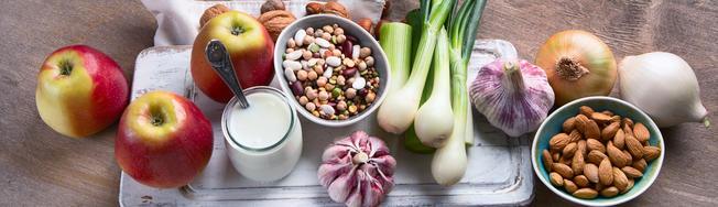 FODMAP-haltige Lebensmittel wie Äpfel, Hülsenfrüchte, Lauchzwiebeln und Knoblauch