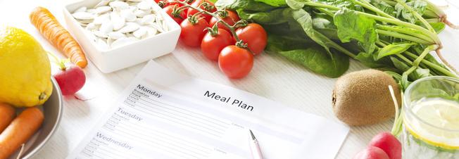 Menüplan, Stift und verschiedene Gemüse