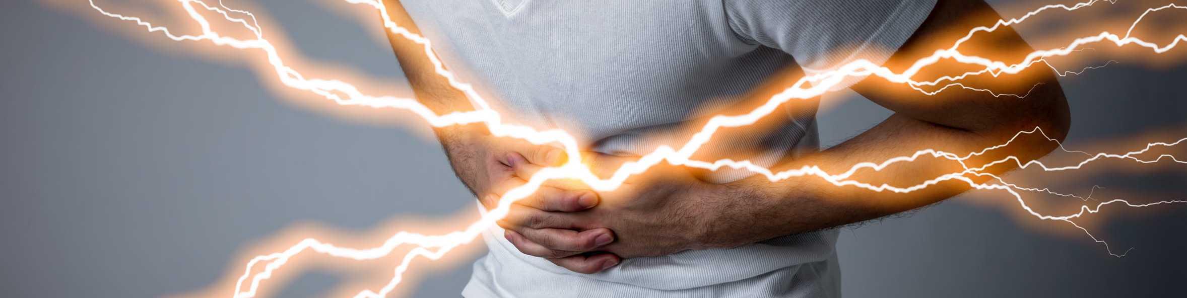 Mann mit plötzlich auftretenden Schmerzen im Oberbauch