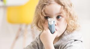 Kind mit Asthmaspray im Mund