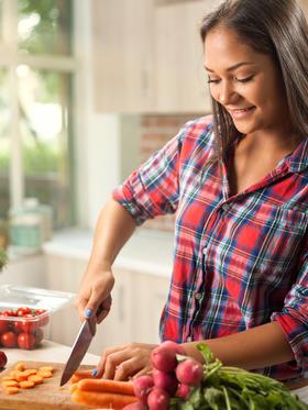 junge Frau bereitet Gemüse zu