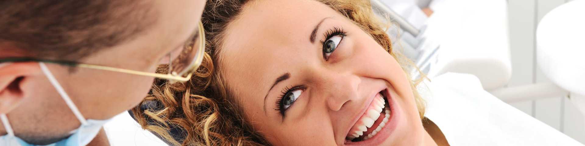 Frau auf Behandlungsstuhl beim Zahnarzt