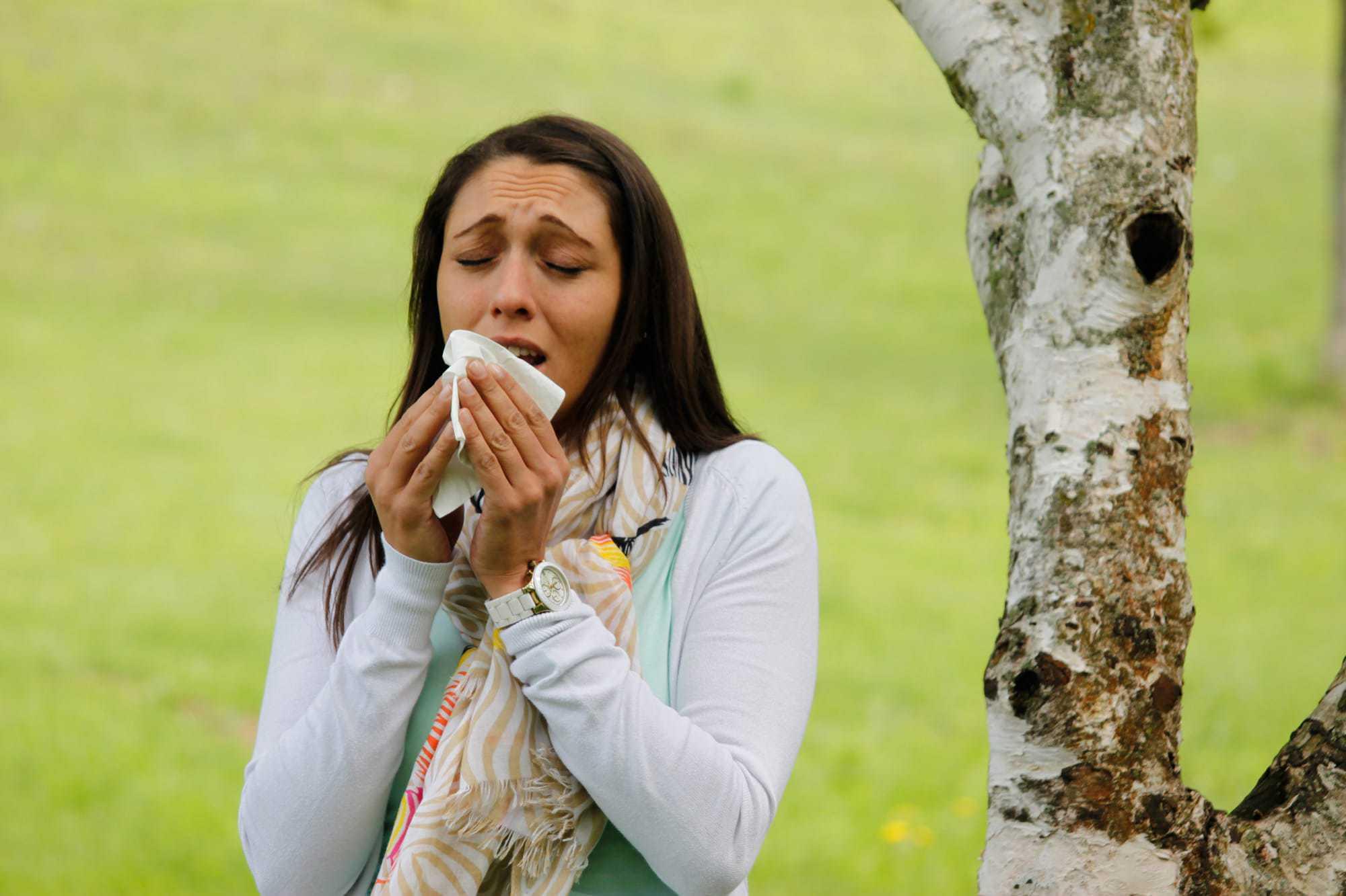 Junge Frau, Birke, Heuschnupfen, Asthma,