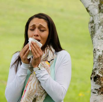 Junge Frau,Birke, Allergie, Heuschnupfen